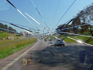 Fahren mit geborstener Windschutzscheibe