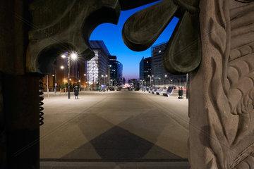 Bruessel  Region Bruessel-Hauptstadt  Belgien - EU-Gebaeude im Europaviertel am Abend.