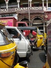 Zwischen Tuk Tuks in Chennai
