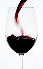 Rotweinglas beim Einschenken