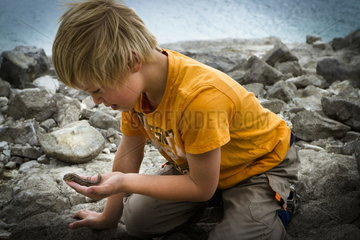 Junge mit Eidechse