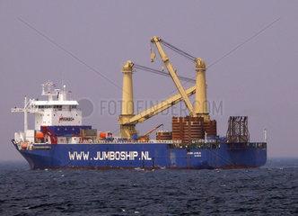 Grosses Kranschiff der Firma Jumbo Shipping