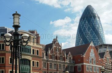 Gegensaetze London: Swiss Re Hochhaus Gurke und alte Fassaden