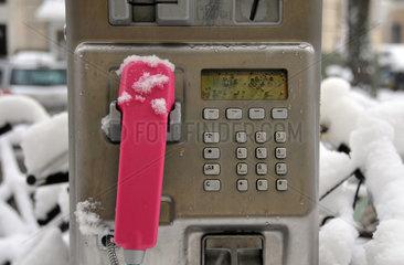 Verschneite Telekom-Telefonzelle