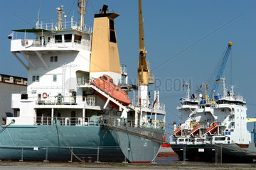 Hochseefrachter im Hafen von Emden