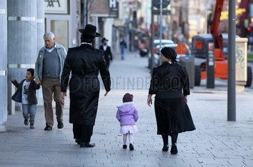 Orthodoxe Juden in Antwerpen  hier: Eltern mit Kind (an Schabbat)