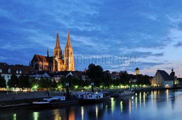 Donau und Regensburger Dom am Abend