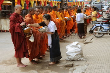 Bettelgang buddhistischer Moenche in Kambodscha