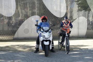 Polizeistreife auf Motorrad und Fahrrad