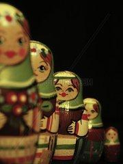Puppen in der Reihe