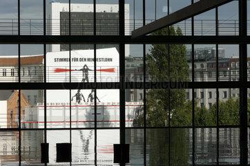 Kampagne fuer Mindeslohn an einer Hauswand gegenueber dem Bundestag  Berlin