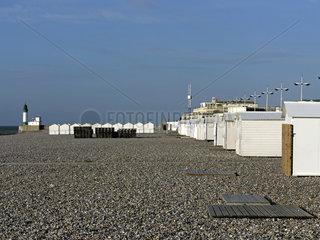 Strandhaeuschen und Leuchtturm am Strand von Le Tréport  Normandie