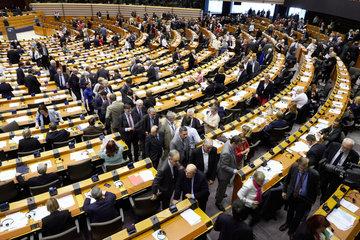 Bruessel  Region Bruessel-Hauptstadt  Belgien - Abgeordnete verlassen den Sitzungssaal des Europaparlaments.