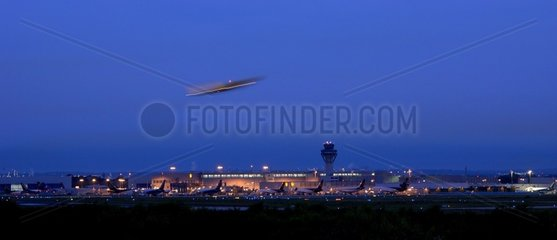 Startendes Flugzeug auf dem Koeln-Bonner-Flughafen