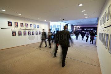 Bruessel  Region Bruessel-Hauptstadt  Belgien - Personen passieren eine Gebaeudebruecke im Europaparlament.