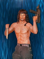 Wachsfigur: John Rambo mit Messer und Maschinenpistole