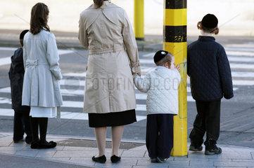 Orthodoxe Juden in Antwerpen  hier: Mutter mit Kindern (an Schabbat)