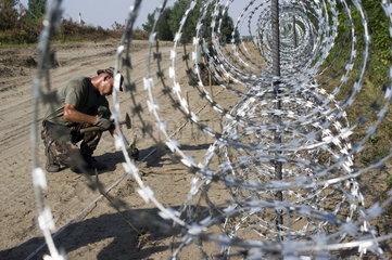 EU-Grenze in Ungarn  Sperrzaun gegen Fluechtlinge und Migranten