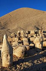 Statuenkoepfe auf der Westterasse des tuerkischen Nemrut Dagi