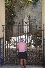 Frau beim beten in Havanna
