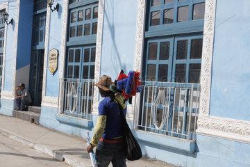 Besenverkaeufer in Trinidad