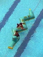Reiche nigerianische Kinder beim spielen im Pool
