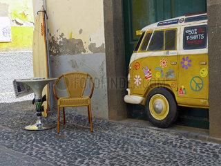 Madeira: Ein alter VW-Bus als Strassenkunst in der Altstadt von Funchal