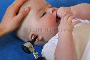 Kinderaerztliche Untersuchung eines Saeuglings