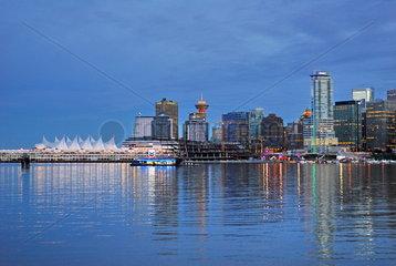 Die Skyline von Vancouver bei Sonnenuntergang