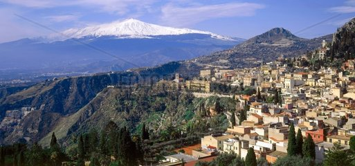 Blick auf Taormina  die Kueste von Naxos und den schneebedeckten Aetna
