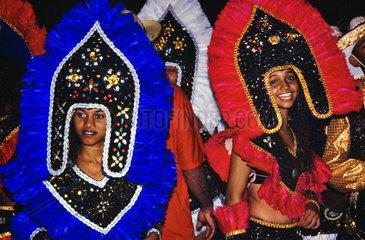Zwei Taenzerinnen bei Festas Juninas und Volksfest Bumba-meu-boi in Maranhao  Nordosten Brasilien