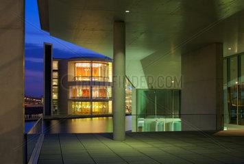 Berlin  moderne Parlamentsbauten im Spreebogen erleuchtet am Abend