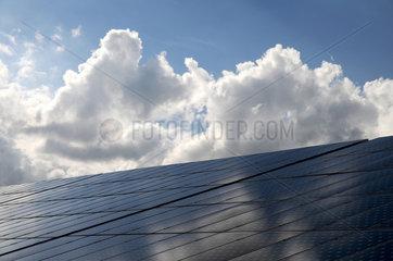Wolken ueber Solarkraftwerk