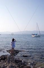 Frau und Segelboot