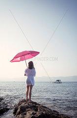 Frau unter Sonnenschirm
