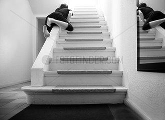 die 40-jaehrige  die von der Treppe kletterte und verschwand