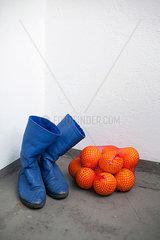 Stiefel und Orangen