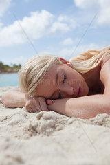 Blonde Frau geniesst Ruhe am Strand