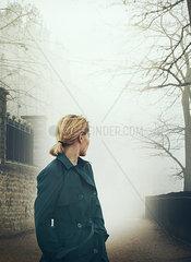 Frau im dunklen Mantel