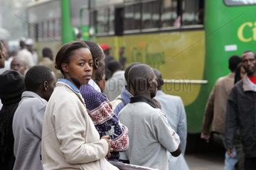 Nairobi  Menschen warten auf den Bus
