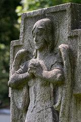 Berlin  Engelsfigur an einem Grabstein