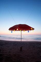 stimmungsvolle Lichterkette am Meer