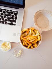 Pommes Frites am Arbeitsplatz