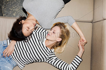 Zwei Maedchen auf dem Sofa