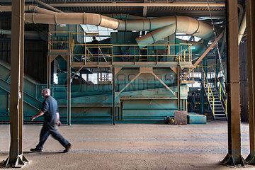 Mann in einer Fabrik