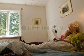 Grossmutter liest Enkelkind etwas vor