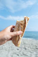 Kaesesandwich am Strand