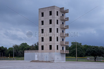 Verlassenes Beton Gebaeude ohne Fenster