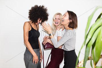Drei junge Frauen stehen nebenainder