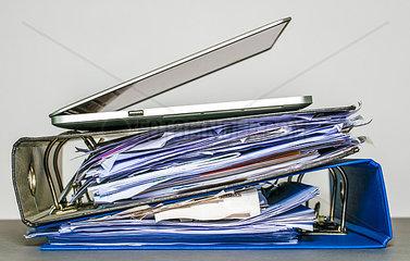 Laptop auf Aktenordner